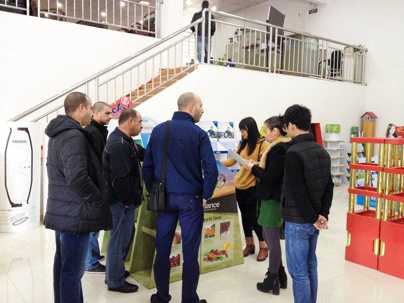 Pakistan Customer Buy Floor Display Rack For Potato Chip